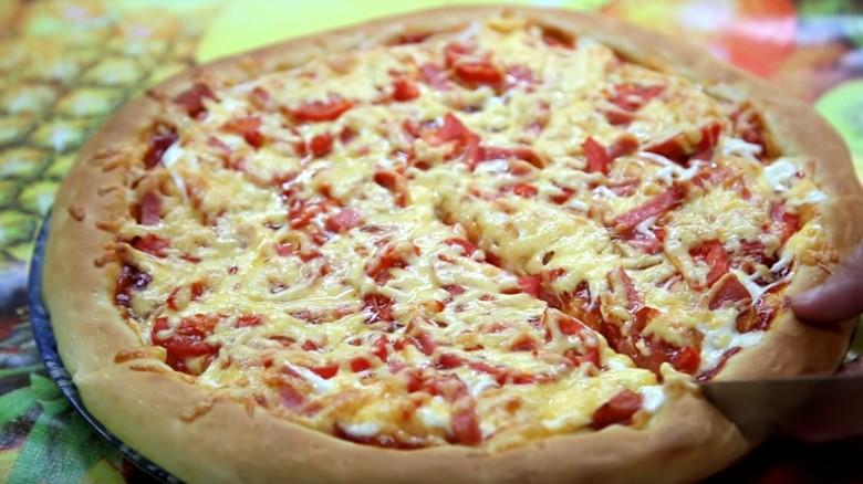 пицца на дрожжевом тесте рецепт в домашних условиях с колбасой и сыром