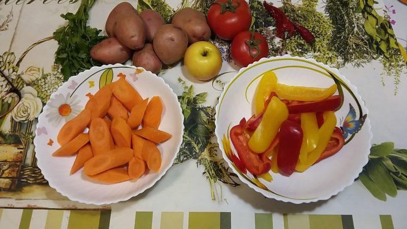 Морковь нарезаем крупно наискосок, болгарский перец крупной длинной соломкой