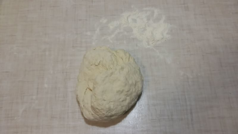 Вымешиваем тесто на столе