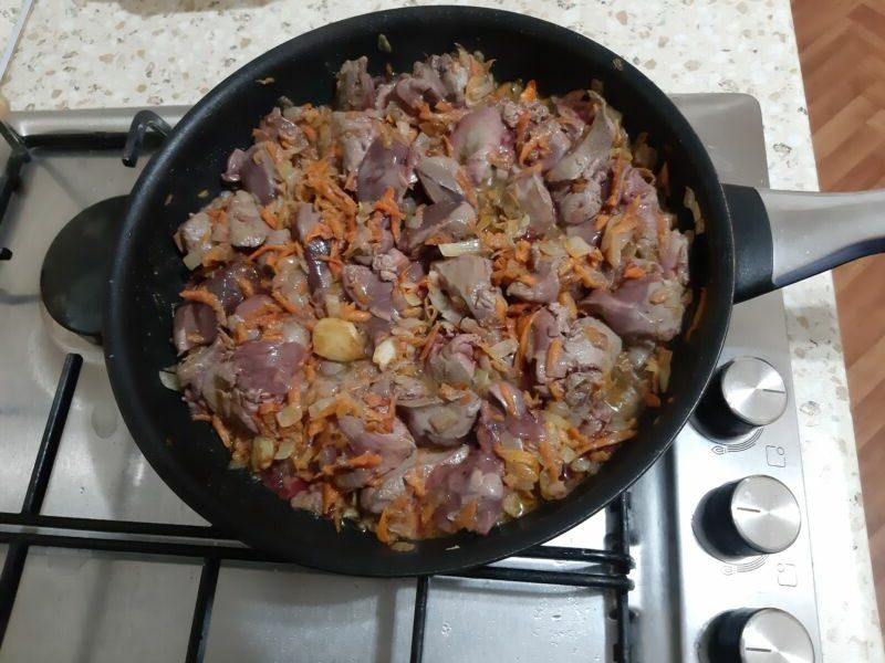 Обжариваем печень вместе с овощами