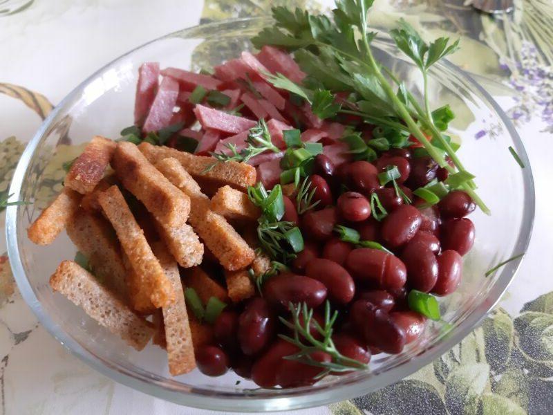 Фасоль, кириешки, копченая колбаса, зелень