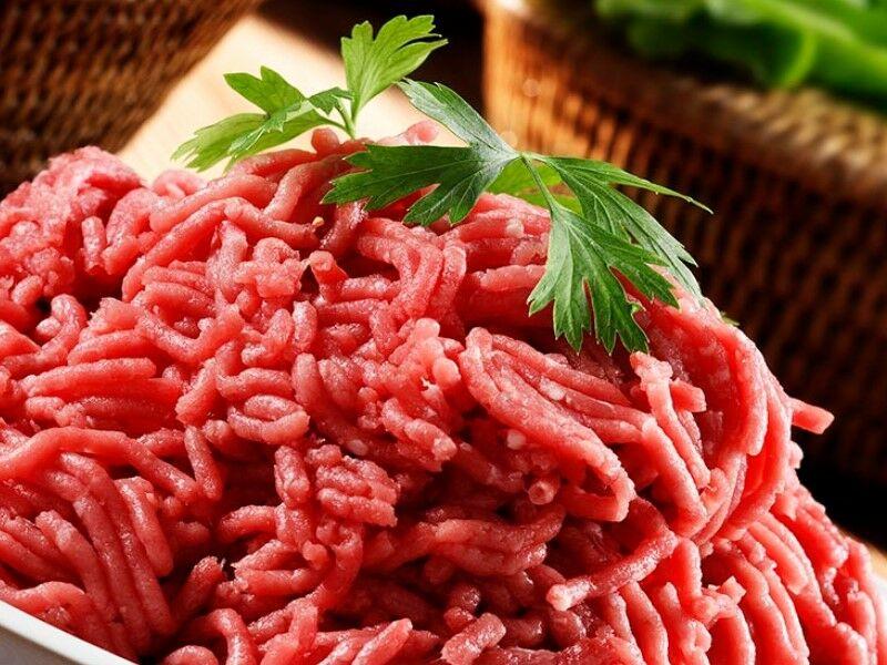 Пропускаем мясо для котлет через мясорубку