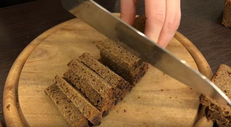 Нарезаем хлеб небольшими кусочками