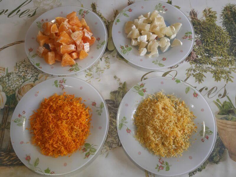 С лимона и апельсина снимаем цедру и нарезаем небольшими дольками.