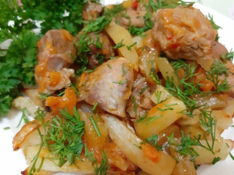 Картошка запеченная с мясом в духовке готова