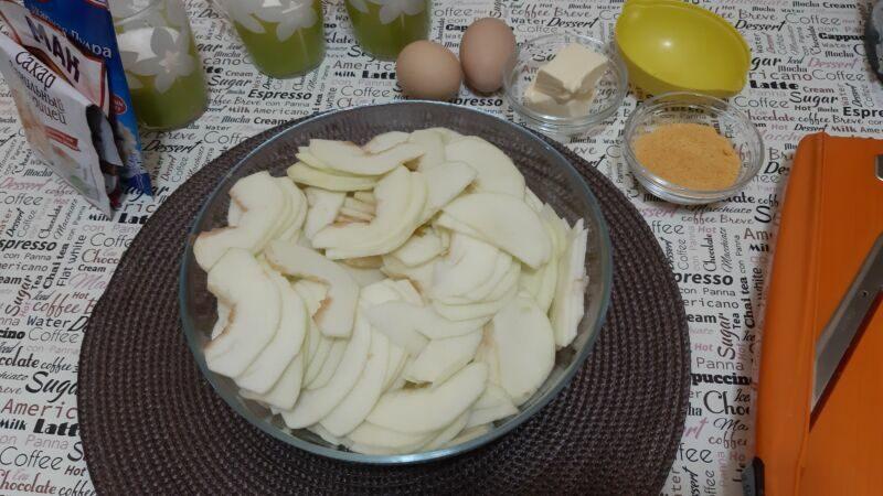 Яблоки очищаем от кожицы, вырезаем сердцевину и нарезаем слайсами, толщиной 2-3 мм.