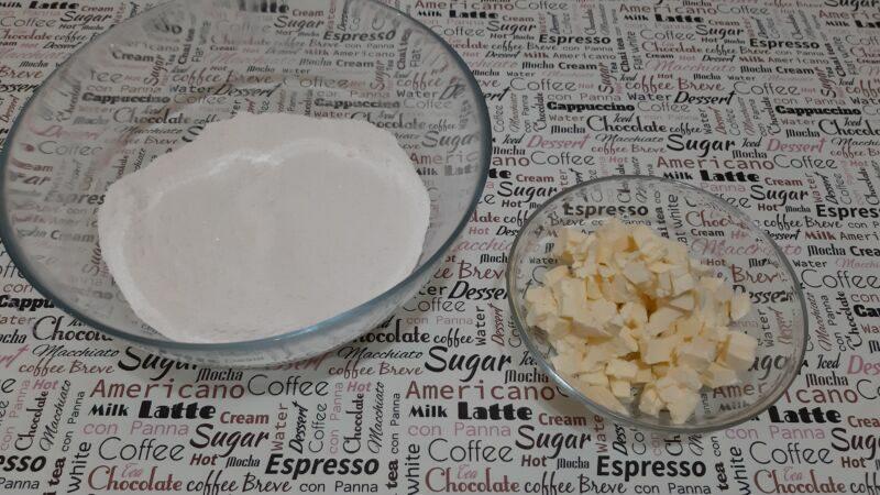 Для этого смешиваем муку с сахаром, в соотношении 1:1. В эту смесь добавляем нарезанные кусочки холодного сливочного масла