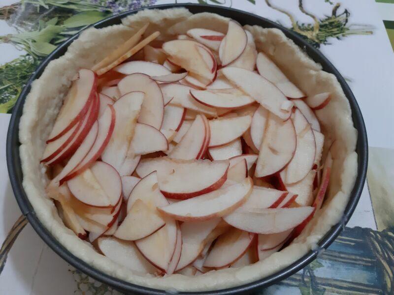 Выкладываем яблочные ломтики в подготовленную форму с тестом.