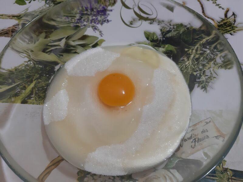 Разбиваем яйцо.