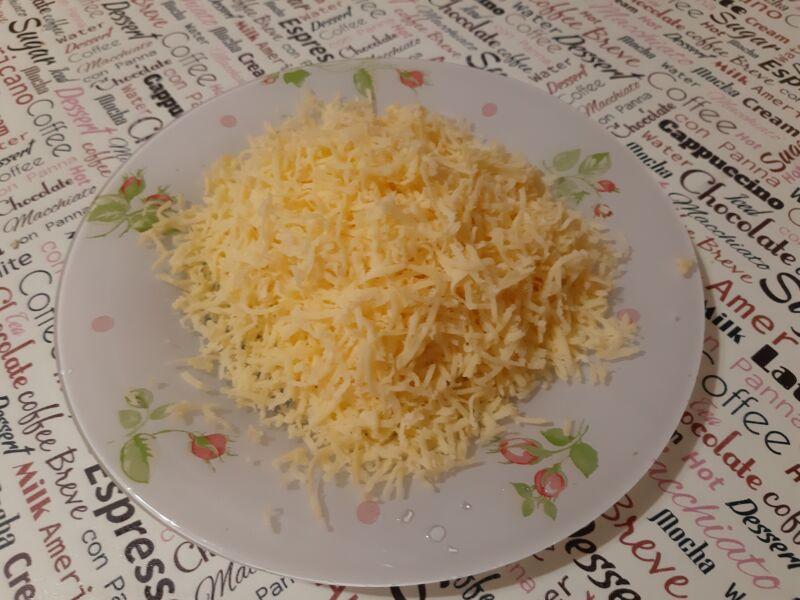 Сыр также натираем на терке
